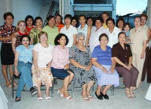 Brisa Ramírez Gaután acompañada de un grupo de amistades,  en la despedida de soltera que le ofrecieron por su cercano enlace matrimonial.