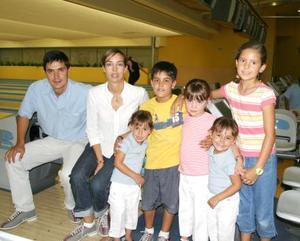 José Ramón Arias, Rosario Garza y los niños José Ramón, Rosario y Esther Arias Garza y Mary Sofi Barrios.