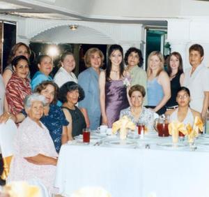 <i><u> 08 de julio</i></u><p> Mayra del Rosario acompañada de algunas asistetes a su festejo