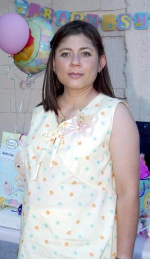 Dalila Nava de Murillo recibió sinceras felicitaciones, en la fiesta de regalos que se ofreció al bebé que espera.