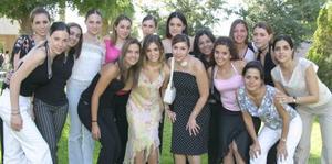 Laura de la Parra Cobarrubias, acompañañda de algunas de sus amigas.