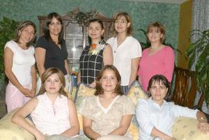 Marcela Bollaín y Goytia Villarreal acompañada de un grupo de amigas, en una de sus últimas despedidas de soltera.