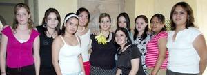 Ninfa Villarreal Martínez, acompñada de sus amigas en su despedida de soltera.