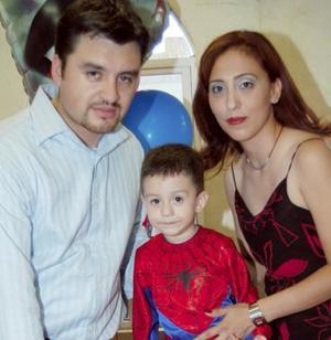 Cristian Reyes Mancera acompañado de sus papás, César Reyes y Verónica Mancera, en la fiesta que le ofreciron por su tercer cumpleaños.