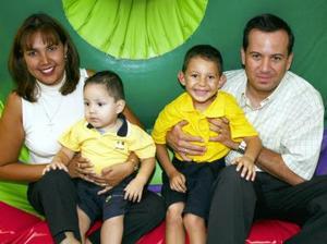 <i><u> 09 de julio </i></u><p>  Héctor Andrés y Luis Fernando García Alanís junto a sus papás, Héctor Raúl García Soto y Claudia Alanís Ramírez, quienes los festejaron por sus respectivos cumpleaños.