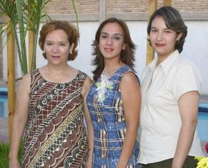 Cecilia Correa Torres acompañada por las organizadoras de su despedida de soltera realizada en días pasados, Gisela Correa de Hernández y María del Carmen Torres de Correa.