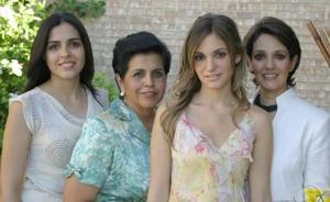 La futura esposa en compañía de Ana Claudia Baca de Regueiro, Claudia Susana Martínez Martínez y Laura Covarrubias de  De de la Parra.