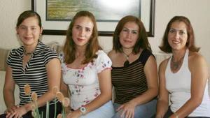 Claudia de Gómez, acompañada de sus amigas en pasado festejo social.
