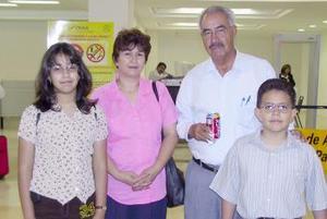 Hilda, Victoria y Homero Abarca viajaron a Ensenada, los despidió Víctor Manuel Abarca.
