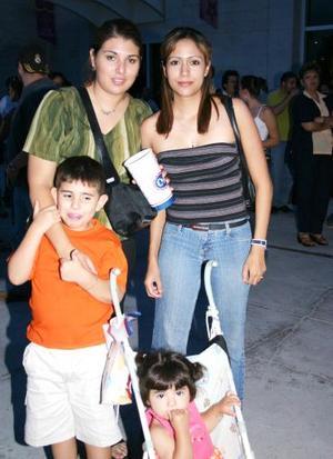 Ana Claudia Orozco y Marisol de Romo e hijos..