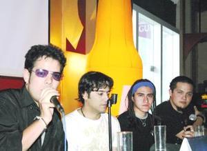 Jóvenes y no tan jóvenes se reunieron  en la explanada del centro comercial Galerías Laguna , para gozar del concierto que ofreció el grupo lagunero de rock Dalí.