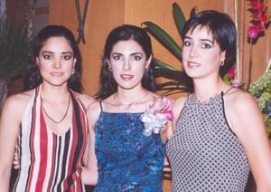 Cecilia acompañada de sus hermanas Georgina S. de Cobián y Lorena Salmón Abraham.
