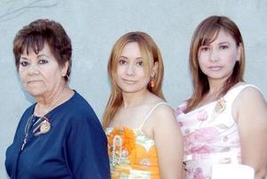 Irma Pineda García acompañada de Irma garcía de Pineda y María Magdalena Pineda.