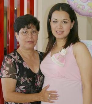 Angélica Ramos de Estrada junto a su mamá Marta Elva de Ramos, en la fiesta de canastilla que le organizaron.