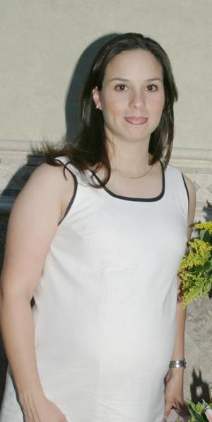 <u><i> 10 de julio </u></i><p>   Valeria Muñoz de García espera la llegada de su bebé y por tal motivo, disfrutó de una fiesta de regalos que le ofrecieron un grupo de amigas.