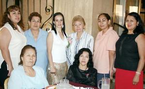 Ana Jocabeth Muñoz acompañada de sus amigas, en la despedida de soltera que se le ofreció en días pasados.