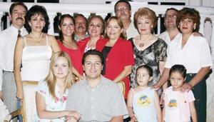 <i><u> 10 de julio</i></u><p> Carmen María Cázarez y Marco Antonio Arroyo acompañados por un grupo de familiares y amistades, en la despedida de solteros que les ofrecieron en d÷ias pasados.