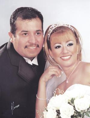 Ing. Juan Gerardo González Rangel y Lic. Fernanada Carrillo del Bosque recibieron la bendición nupcial en la Catedral de Nuestra Señora de la Virgen del Carmen el viernes 12 de mayo de 2004.