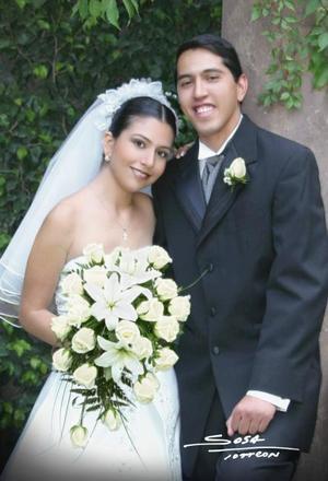 C.P. Manuel Ricardo Fernández Marrujo y L.A.E. Martha Isabel Sánchez Salazar contrajeron matrimonio religoso en la parroquia del Santo Cristo el sábado ocho de mayo de 2004 <p> <i>Estudio: Sosa</i>