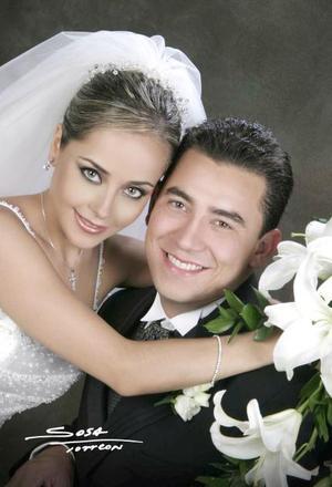 Lic. Carlos Alberto de la Garza y C.P. María Fernanda Jaime Rodríguez recibieron la bendición nupcial en la  parroquia de Nuestra Señora de la Virgen de la Encarnación el sábado 22 de mayo de 2004  <p> <i>Estudio: Sosa</i>