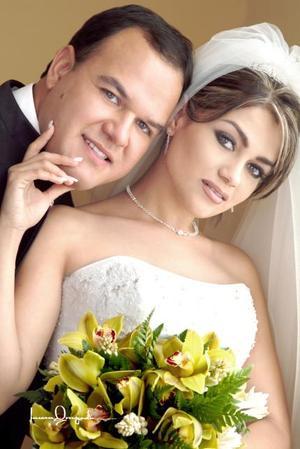 C.P. Oswaldo Vizcarra Hidalgo y L.D.G. Nora Alba Acosta contrajeron matrimonio religioso en la parroquia de San Pedro Apóstol el viernes 21 de mayo de 2004. <p> <i>Estudio: Laura Grageda</i>