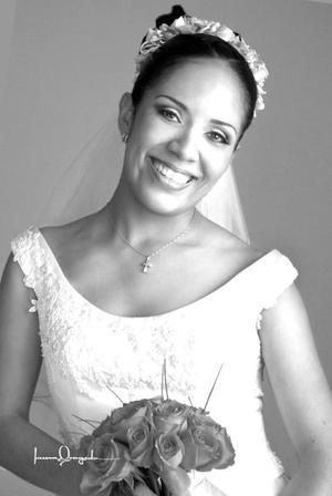 C.P. Rosalinda  Ortiz Rivera el día de su enlace nupcial con el Ing. José Alejandro Andrade Galván. <p> <i>Estudio: Laura Grageda</i>