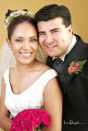 Ing. José Alejandro Andrade Galván y C.P. Rosalinda Ortiz Rivera contrajeron matrimonio religioso en la iglesia de La Inmaculada Concepción el 22 de mayo de 2004. <p> <i>Estudio: Laura Grageda</i>