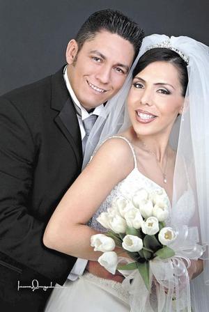Ing. Pedro Gerardo Guerrero Rodríguez y L.R.I. Nancy Ávalos Hernández contrajeron matrimonio religioso en la parroquia de San Pedro Apóstol el sábado 22 de mayo de 2004  <p> <i>Estudio: Laura Grageda</i>