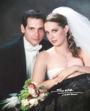 Lic. Severino González Martínez y  Lic. Claudia Mendiola Rodríguez contrajeron matrimonio religioso el 29 de mayo de 2004 en la iglesia de San Ignacio de Loyola  <p> <i>Estudio: Sosa</i>