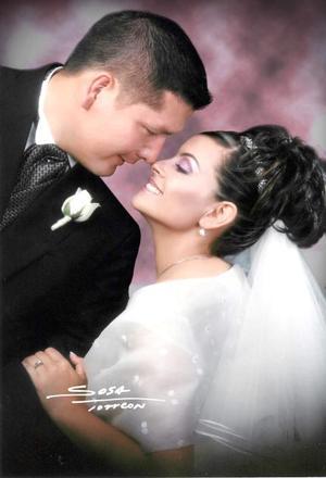 Sr. Víctor Manuel Marrufo Fang y Srita. Brenda Guadalupe Cortázar Macías contrajeron matrimonio religioso en la parroquia Los Ángeles el sábado 17 de abril de 2004. <p> <i>Estudio: Sosa</i>