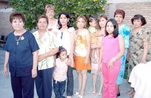 Irma Pineda García, acompañada de algunas de las asistentes a su despedida de soltera.