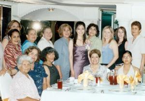 Mayra del Rosario acompañada de algunas asistetes a su festejo.