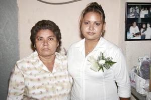 Ivón Galindo acompañada de Enedina García de Galindo organizadora de su despedida de soltera