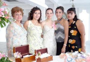 Nora Dávila Treviño acompañada de las organizadoras de su despedida de soltera
