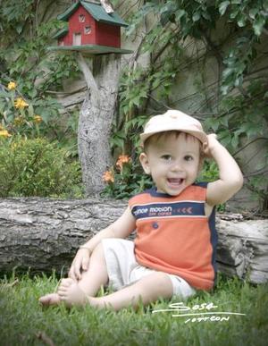 El pequeño Jaime Eduardo Ortiz, captado en una fotografía de estudio con motivo de su primer año de vida celebrado el tres de mayo de 2004.
