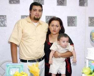 El pequeño Miguel Ángel Carrillo Tovar junto a sus papás, Édgar A. Carrillo y Sandra Tovar, el día que lo festejaron por su primer cumpleaños.