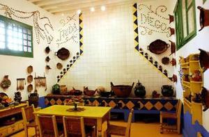 De igual forma, el Museo Mural Diego Rivera abrirá el 15 de julio la muestra 'Frida Kahlo: la selva de sus vestidos, los judas de sus venas'.   Además de las exposiciones, el 14 de julio se presentará el libro 'Frida Íntima' (Ediciones Dipon), en el que Isolda Pinedo Kahlo, sobrina de la pintora, sugiere que Diego Rivera ayudó a morir a la artista, una semana después de que cumpliera 47 años.