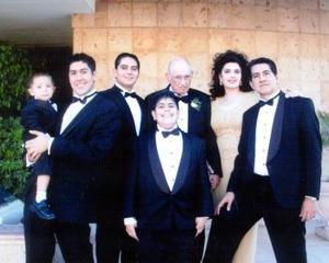 Dra. Vicky Álvarez  A. de Mandujano en compañía de su maravillosa familia, Dr. Juan Álvarez