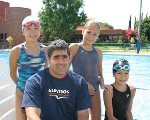 Miguel Ángel Ordaz Sabag acompañado de las nilas Sofía, Daniela y Rocío