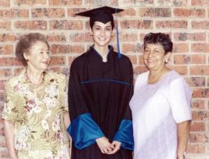 Patricia Flores González el día de su graduación acompañada por Pilar Dïaz Rivera de López y Julia Martha Esparza
