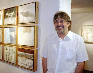 Jordi Boldó junto a su colección artística