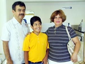 Fernando Villa, María Guadalupe Andrade de Villa y Fernando Villa viajaron a Acapulco