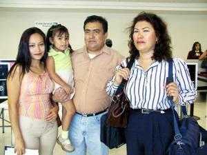 <u><i>12 de julio</i></u><p>  Rosa Velia Álvarez, Héctor Díaz y Ana María Modesto viajaron a Acapulco