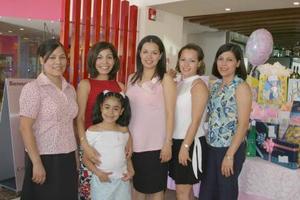 <i><u> 13 de julio</i></u><p>  Angélica Ramos de Estrada en su fiesta de canastilla, acompañada por su mamá Martha Elva de Ramos y sus hermanas Mary de Serna, Martha Alicia de De la Rosa, Laura  Ramos, Juanita de Escalera y su sobrina Karla Janeth de la Rosa.