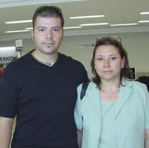 Con destino a Tijuana, viajaron Juan Carlos Velo y Elsa Robles.