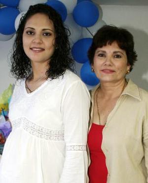 <u><i> 12 de julio </u></i><p>    Paola Baldivias de Sifuentes en compañía de Norma Leticia Jiménez Rangel, organizadora de su fiesta de regalos.