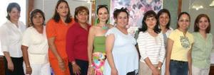 Claudia Vega de Mijares, en compañía de algunas asistentes a su fiesta de regalos.
