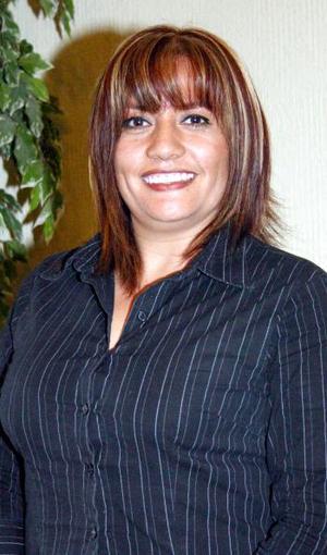 Imelda Espino Castillo, captada en la despedida de soltera que le ofrecieron por su próxima boda con Antonio Machado.
