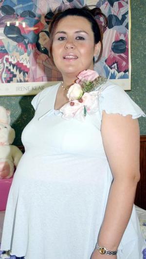 Claudia Vega de Mijares recibió numerosos obsequios, en la fiesta de regalos que le ofrecieron por la próxima llegada de su bebé.