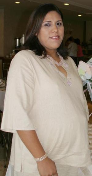Mayte Macías de Ferriño espera el nacimiento de su primer bebé y por tal motivo, le ofrecieron una fiesta de canastilla.